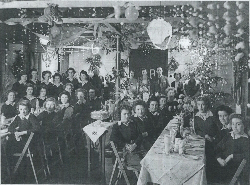 Xmas Party meal Leighton Buzzard WLA hostel Dec 1948