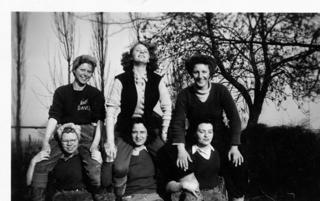 6 Land Girls including Violet Budd, Joan Clingham, Doris (Cockney), Florrie, ? and Kay