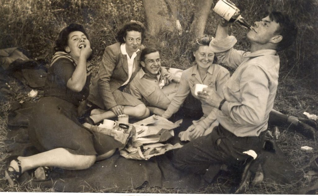 American GIs picnic with land girls in Bedfordshire during WW2 SA book p135